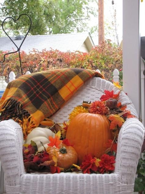 decoracion en otoño sillon con calabazas