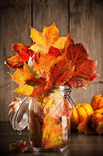 decoracion en otoño tarro de hojas