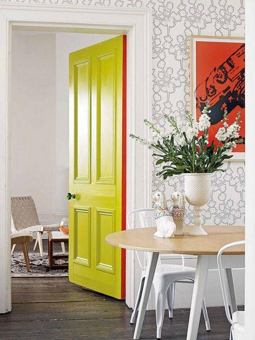 pintar las puertas con colores llamativos