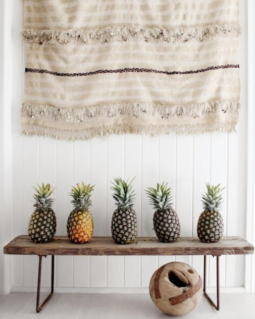 decoración con piñas en mesa
