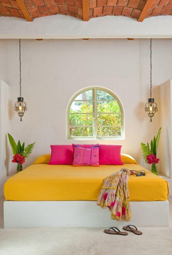 decoración dormitorio fucsia amarillo