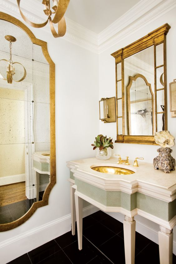 baño decorado color oro