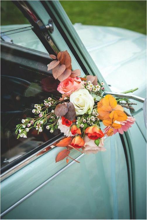 las flores en retrovisor coche