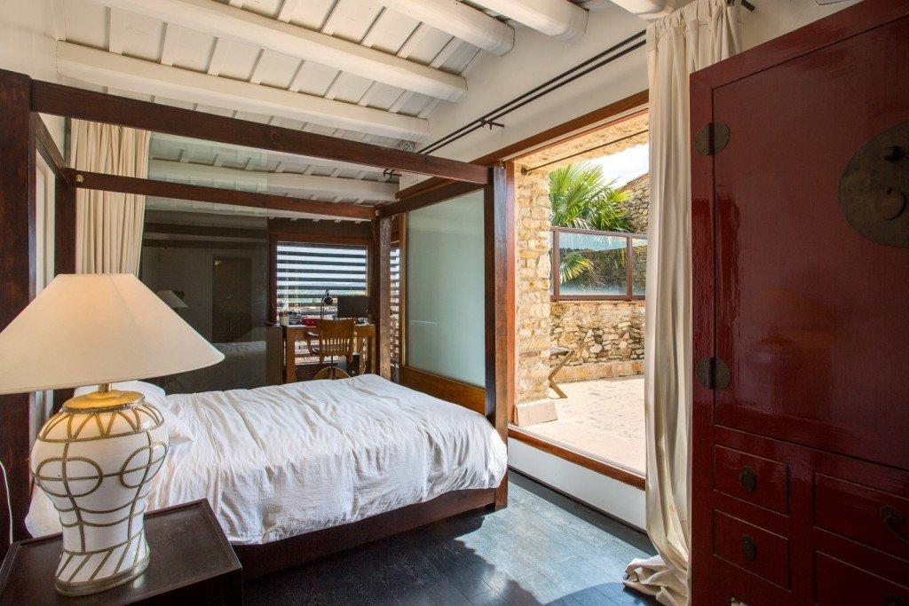 dormitorio con terraza casa de lujo gerona